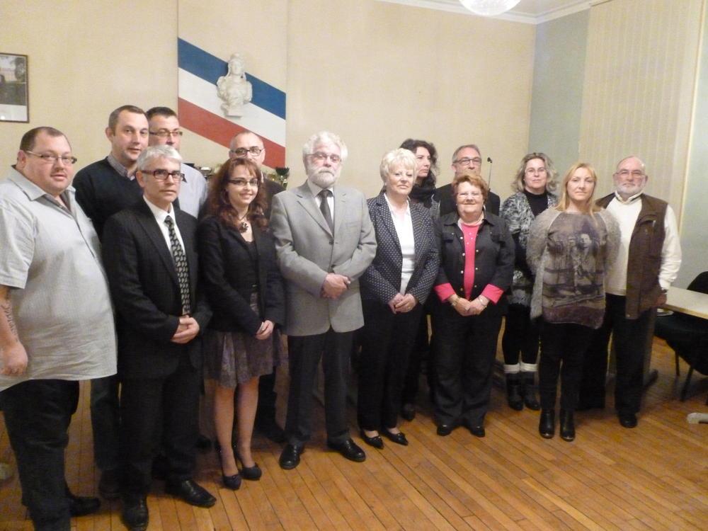 Maire et adjoints entourés des conseillers municipaux.